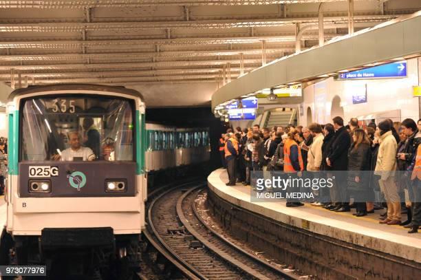 Des personnes attendent un métro sur un quai de la station Gare SaintLazare le 11 décembre 2009 à Paris La RATP a renforcé plusieurs lignes de métro...