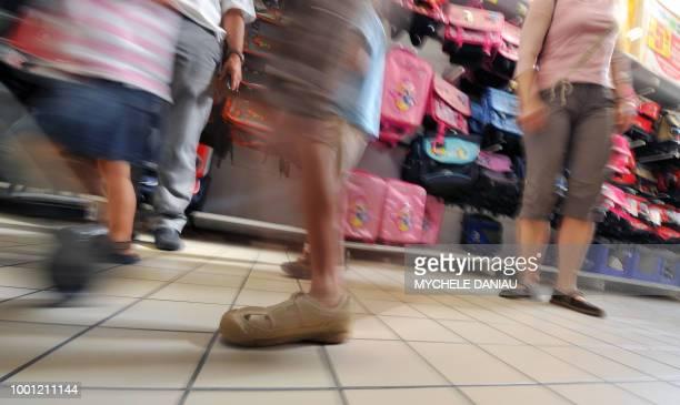 Des personnes font des achats pour la rentrée scolaire le 22 juillet 2009 dans une grande surface à Rots Il n'y aura pas d'aide massive à...