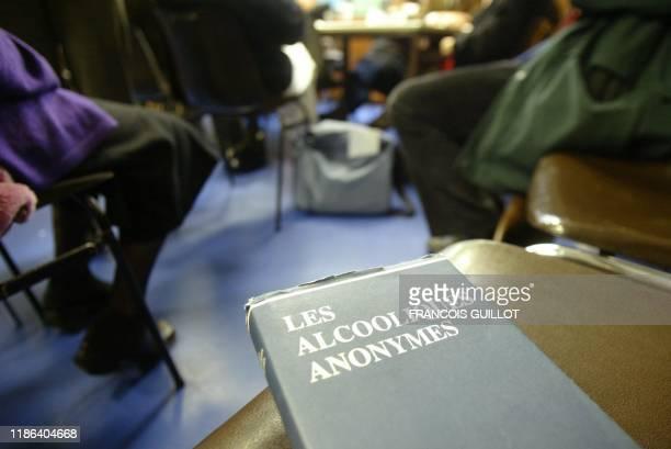 des personnes participent à une réunion de groupe hebdomadaire organisée par l'association Les Alcooliques anonymes le 23 janvier 2004 à Paris AFP...