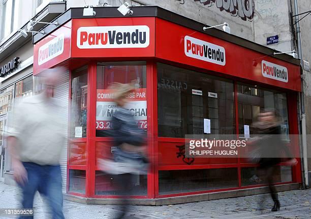 Des personnes passent devant un local à vendre du leader de la presse gratuite d'annonces 'Paru Vendu' le 04 novembre 2011 à Lille après que le...
