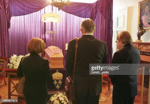 des personnes se recueillent devant le cercueil du comte de Paris Henri d'Orléans décédé samedi dernier à l'âge de 90 ans le 23 juin 1999 dans la...