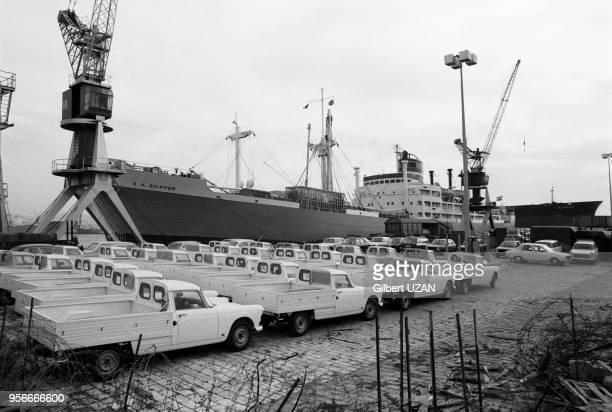 Des Peugeot 404 pickup attendent d'être embarquées à bord d'un bateau dans le port de Marseille en octobre 1974 France