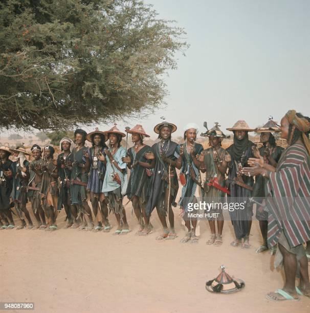 Des Peuls exécutent des danses de séduction lors d'une réunion de lignage à l'époque des premières pluies dans la région de Dakoro au Niger vers...