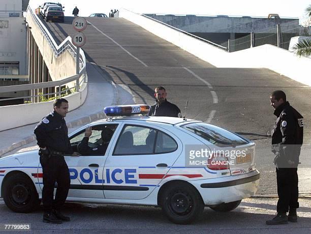 Des policiers gardent l'entr?e du parking d'une entreprise, le 08 novembre 2007 ? Marseille, apr?s qu'un homme a ?t? tu? d'un coup de fusil en pleine...