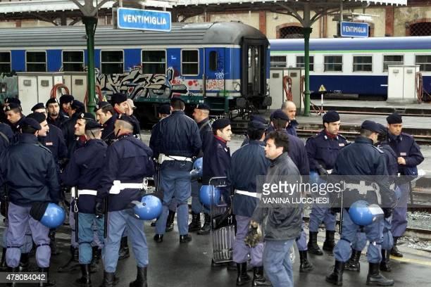 des policiers italiens attendent pour le bloquer un train transportant plus de 1400 manifestants italiens qui se rendent à Nice pour participer à un...