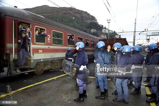 des policiers italiens bloquent un train transportant plus de 1400 manifestants italiens qui se rendent à Nice pour participer à un rassemblement...