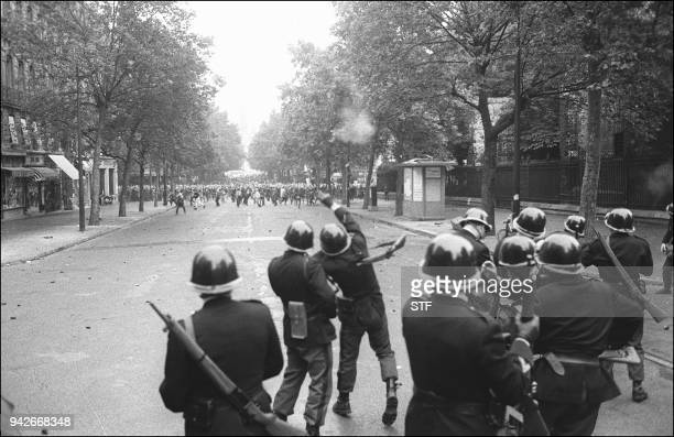 Des policiers, membres des CRS, lancent des grenades lacrymogènes sur des étudiants qui manifestent au Quartier Latin de Paris, le 17 juin 1968,...