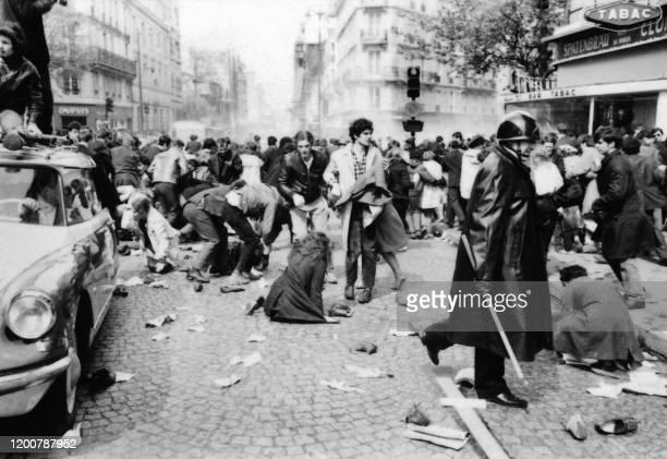 Des policiers, membres des CRS, manient la matraque rue Saint-Jacques à Paris lors des heurts entre les manifestants appelés par l'UNEF et les forces...