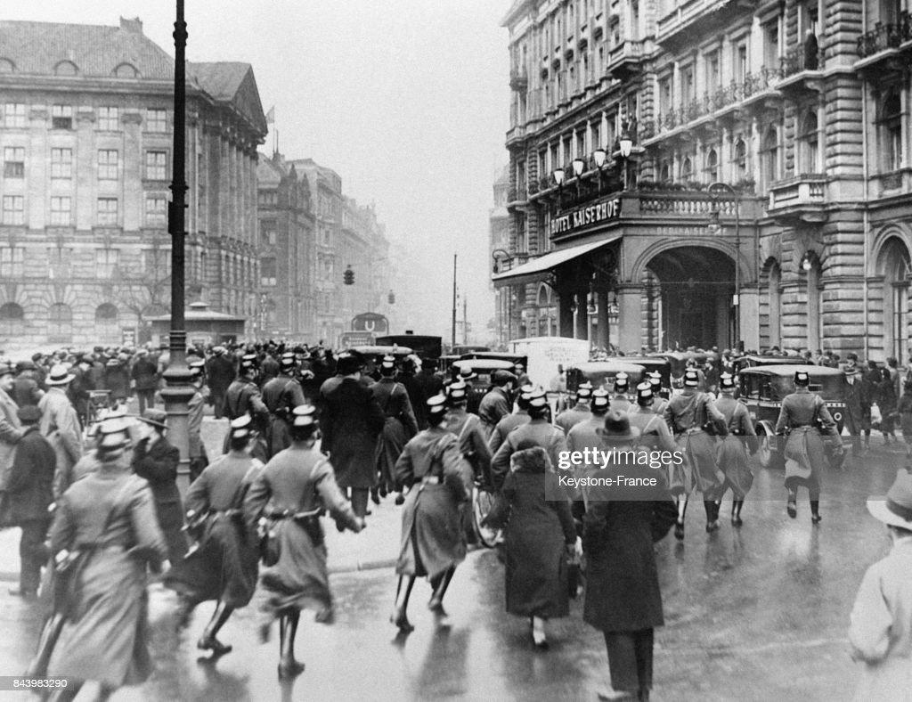 Des policiers accourent pour faciliter le passage de la voiture d'Hitler : Nachrichtenfoto