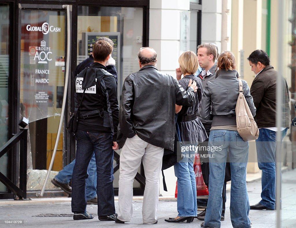 Des policiers se tiennent devant le bure pictures getty images