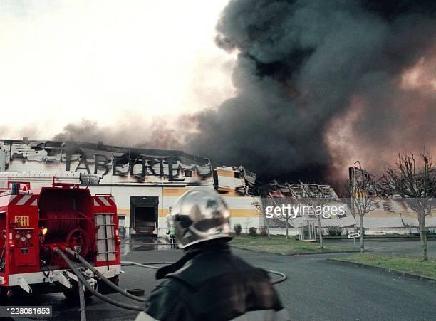 Des pompiers interviennent, le 05 mars 2001 à Saint-Geours-de-Maremne près de Dax, sur l'incendie qui ravage le bâtiment de la société Labeyrie, dans...
