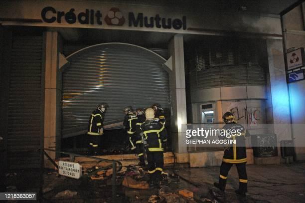 Des pompiers interviennent sur un feu allumé par des militants indépendantistes corses le 15 janvier 2010 sur l'artère principale de Bastia à l'issue...