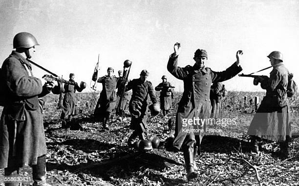 Des prisonniers allemands encerclés par les soldats de l'Armée rouge à Kharkov Ukraine en 1943