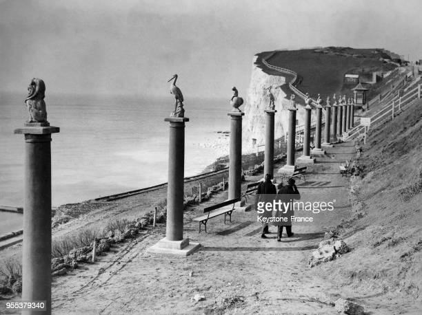 Des promeneurs marchent sur le nouveau sentier aménagé et bordé de colonnes après la sauvegarde et l'aménagement des falaises de Saltdean à Brighton...