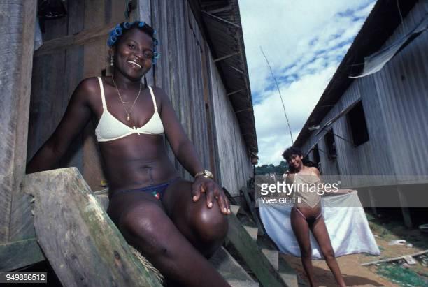 Des prostituées dans un camp de 'garimpeiros' chercheurs d'or au Brésil en mars 1986