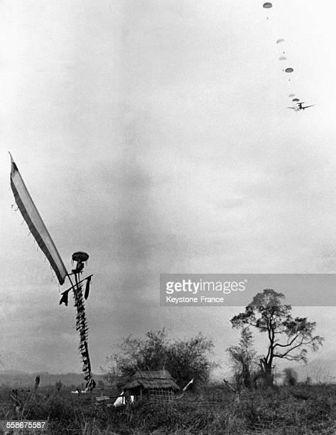 Des renforts français sont parachutés à Dien Bien Phu en mars 1954 au Vietnam.