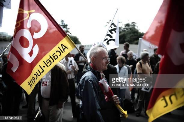 des salariés d'AlcatelLucent manifestent le 29 mai 2009 à Paris à l'appel de quatre syndicats devant le Palais des Congrès de la Porte Maillot lors...