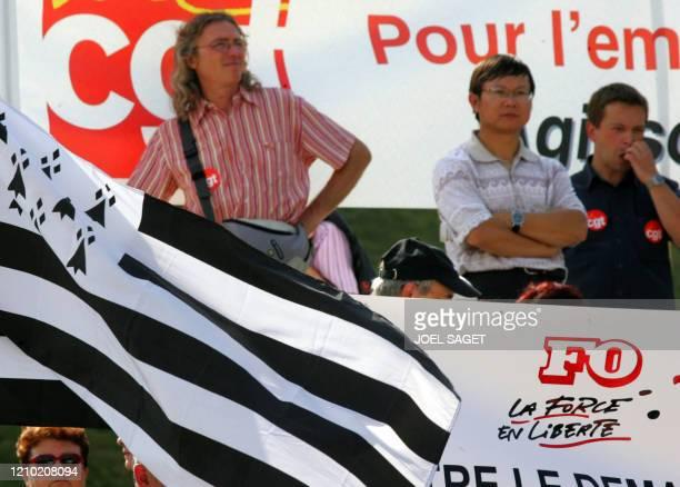 Des salariés de Safran manifestent le 12 septembre 2006 devant le ministère des Finances à Paris, pour interroger le gouvernement sur le devenir de...