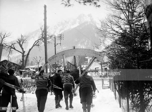 Des skieurs rejoignent le téléphérique du Brévent Chamonix France en 1946