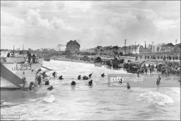 Des soldats canadiens de la 6ème brigade participant à la deuxième vague du débarquement arrivent sur les côtes normandes, le 06 juin 1944, équipés...