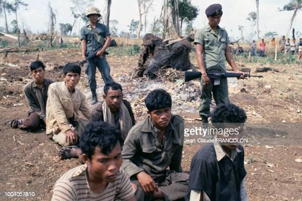 Des soldats des forces gouvernementales et leurs prisonniers Khmers rouges pendant la guerre du Cambodge en 1975