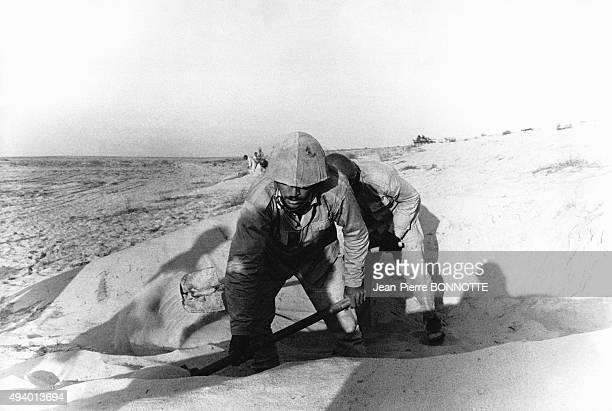 Des soldats Egyptiens creusant des tranchées pendant la guerre du Kippour le 23 octobre 1973 en Egypte