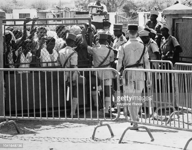 Des soldats français contiennent la foule venue voter pour le référendum à Djibouti le 14 avril 1967