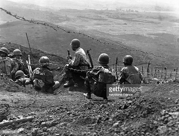 Des soldats français sur un point de vue de la cuvette de Dien Bien Phu en 1954 au Vietnam.