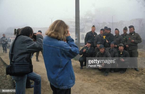 Des soldats se font prendre en photo quatre jours après la chute du Mur le 13 novembre 1989 à Berlin Allemagne