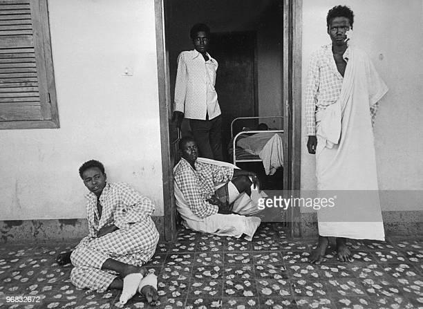 Des soldats somaliens blessés attendant des soins à l'hôpital militaire de Jijiga dans le désert de l'Ogaden le 30 Novembre 1977 lors du conflit...