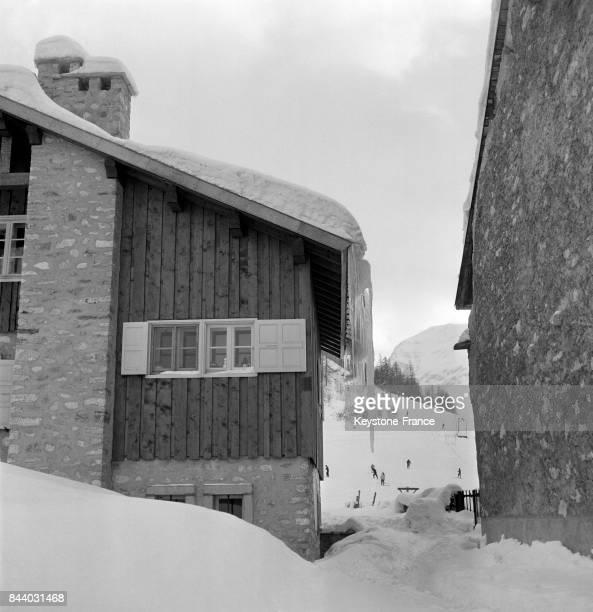 Des stalactitesse sont formées sur la toiture de ce chalet au Val d'Isère France en février 1956