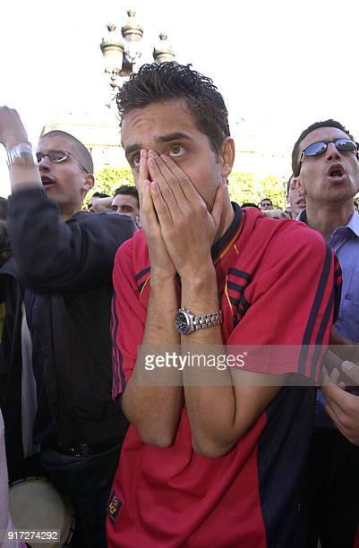 des supporters espagnols expriment leur déception le 22 juin 2002 place de l'Hôtel de Ville à Paris où était retransmis sur écran géant le match qui...