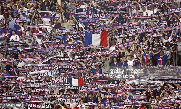 Des supporteurs du club du PSG encouragent leurs joueurs, le 31 mai 2003 au Stade de France à Saint-Denis, avant le match PSG-Auxerre comptant pour...
