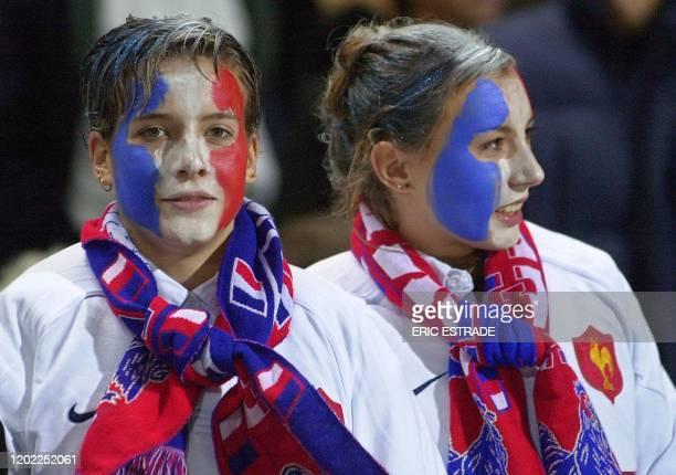 des supportrices sont maquillées aux couleurs de l'équipe de France de rugby le 17 novembre 2001 au stade vélodrome de Marseille à l'occasion du...