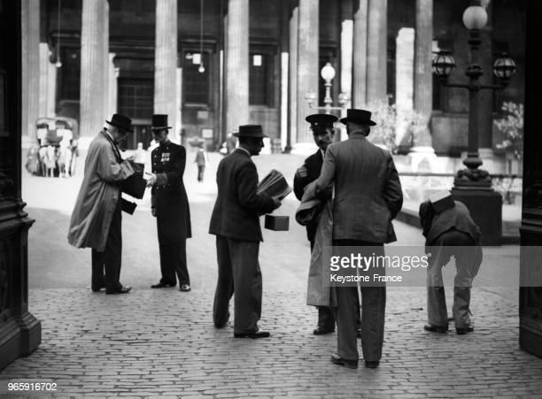 Des surveillants examinent les pass et les sacs des visiteurs devant le British Museum qui vient de rouvrier à Londres RoyaumeUni le 18 septembre 1939
