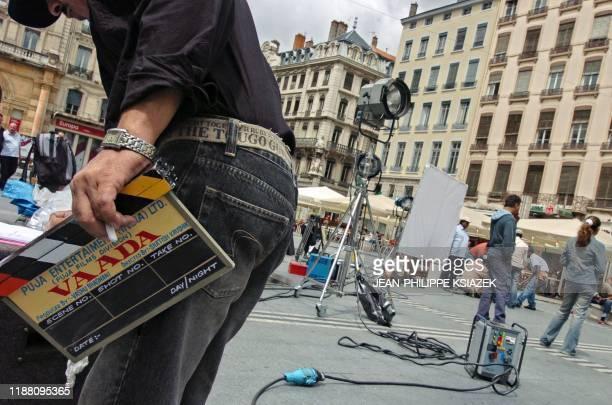 Des techniciens préparent le plateau le 12 juillet 2004 dans une rue de Lyon lors du tournage du film Vadaa du réalisateur indien Satish Kaushik...
