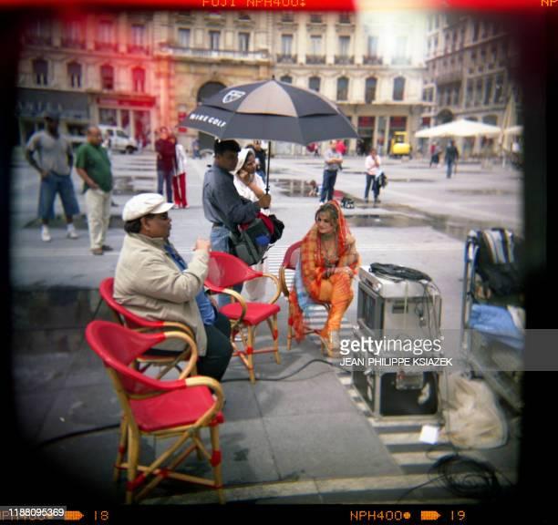 """Des techniciens préparent le plateau, le 12 juillet 2004 dans une rue de Lyon, lors du tournage du film """"Vadaa"""" du réalisateur indien Satish Kaushik...."""