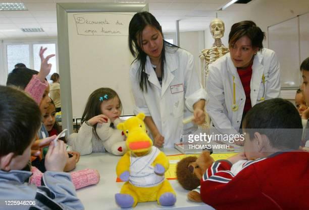 L'HOPITAL DES NOUNOURS L'ECOLE DE L'HOPITAL POUR ETUDIANTS ET ENFANTS Des étudiantes en médecine de la faculté de Strasbourg transformées en...