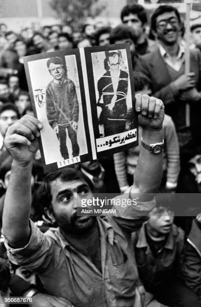 Des étudiants islamiques réclament la mort du Shah et la pendaison fictive de Jimmy Carter devant l'ambassade des Etats-Unis où se déroule une prise...
