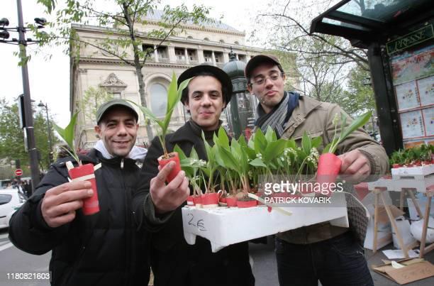 Des vendeurs de muguet présentent une partie de leur articles, le 01 mai 2008 à Paris. Muguet des bois, muguet nantais, muguet virtuel ou militant:...