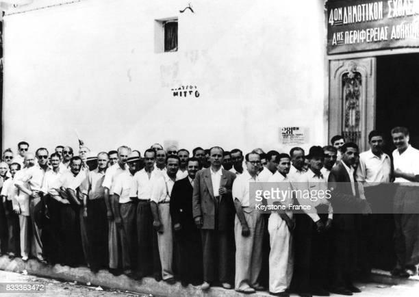 Des votants font la queue devant un bureaude vote à Athènes Grèce le 12 septembre 1951