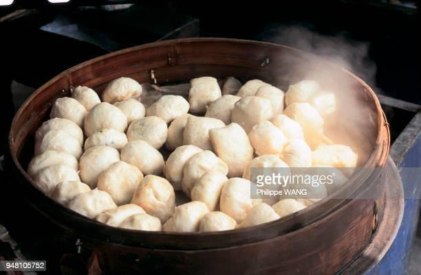 Des Xiao Long Pao cuisent dans des paniers à la vapeur.