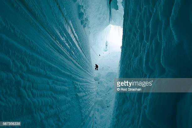 descent into the abyss - antarctique photos et images de collection
