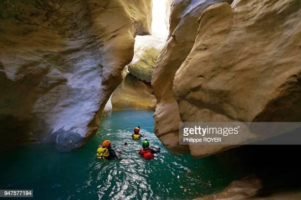 Descente des gorges du Verdon à la nage dans le Var et les Alpes-de-Haute-Provence, France.