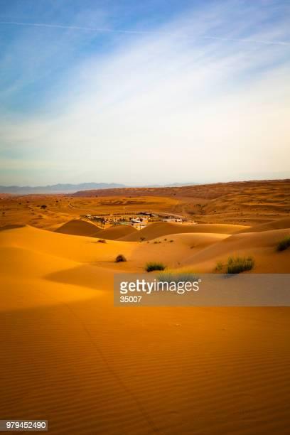campo desierto en el desierto de wahiba sands, omán - oman fotografías e imágenes de stock