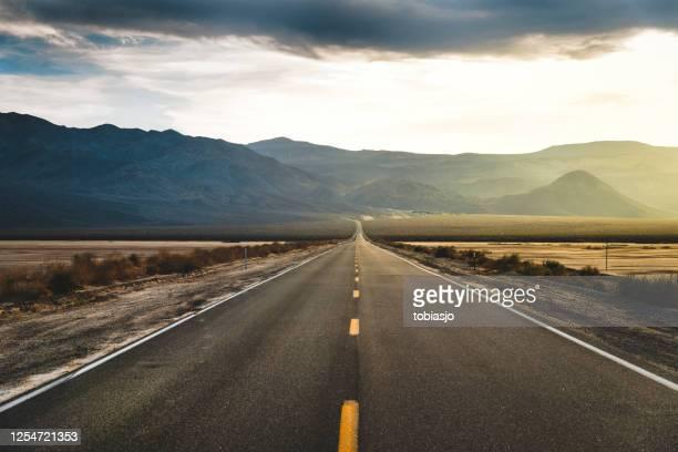 デザート ハイウェイ デス バレー - 人気のない道路 ストックフォトと画像