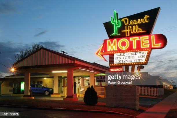 desert hills motel an der route 66, nachts - rainer grosskopf photos et images de collection