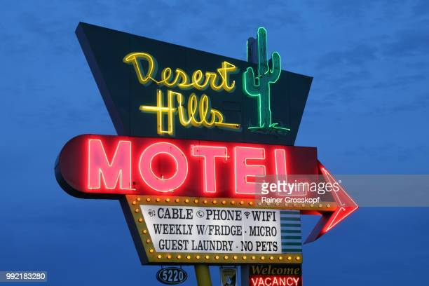 desert hills motel on route 66 at night - rainer grosskopf fotografías e imágenes de stock