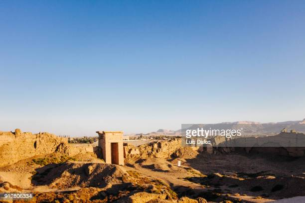 desert landscape and surrounding wall at dendera temple - tempelcomplex van dendera stockfoto's en -beelden