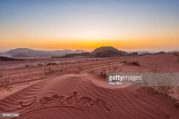 desert landscape of wadi rum at sunset, jordan - paisajes de jordania fotografías e imágenes de stock